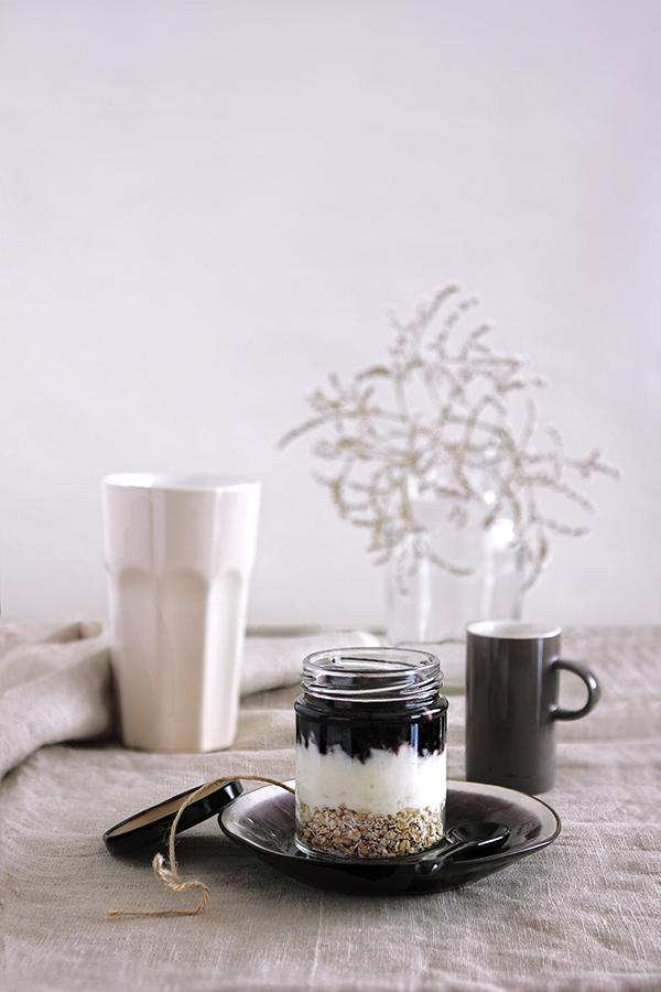 Цедено кисело мляко с овесени ядки и сладко от боровинки