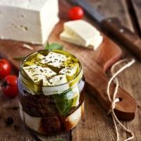 Сирене със сушени домати и риган в зехтин